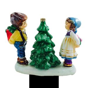 Дети у маленькой елочки