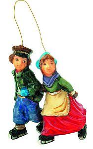 Пара на коньках в деревянном ларце