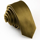 Узкий золотистый галстук.